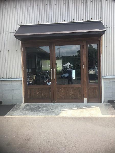 西条町の店舗両開き玄関