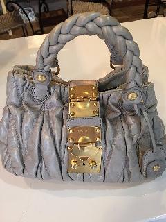MIUMIU マテラッセ、グレーのバッグ