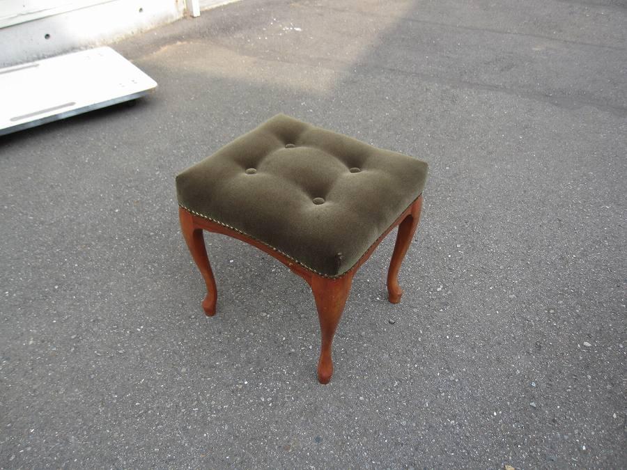モスグリーンの椅子