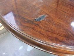 穴のあいてテーブル