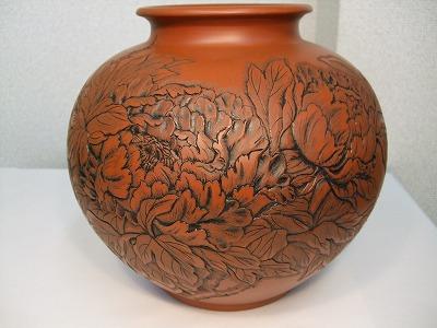 正弥作 朱泥花瓶(牡丹彫り8号大丸)
