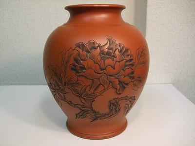 正弥作 朱泥花瓶(牡丹彫り8号細)