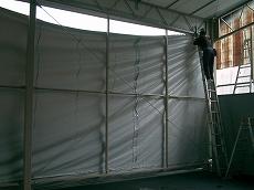 施工した鉄骨にテントを張ります。