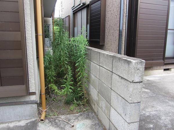 千葉県市原市内で家と塀の間の草刈りを実施
