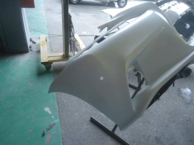 フロントバンパー修理の様子