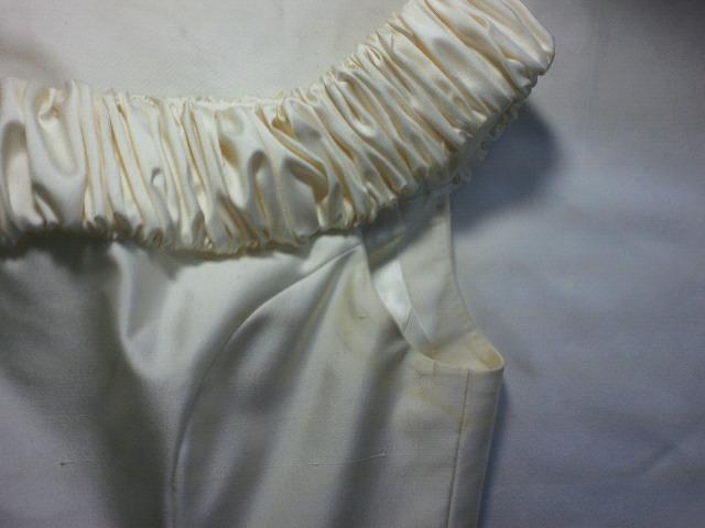 ウエディングドレスの脇に付いた汗が変色しています。
