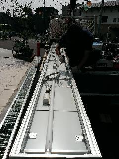 電飾看板の設置風景