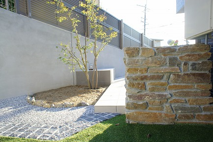 メンテナンスがし易い擁壁で誕生したお庭