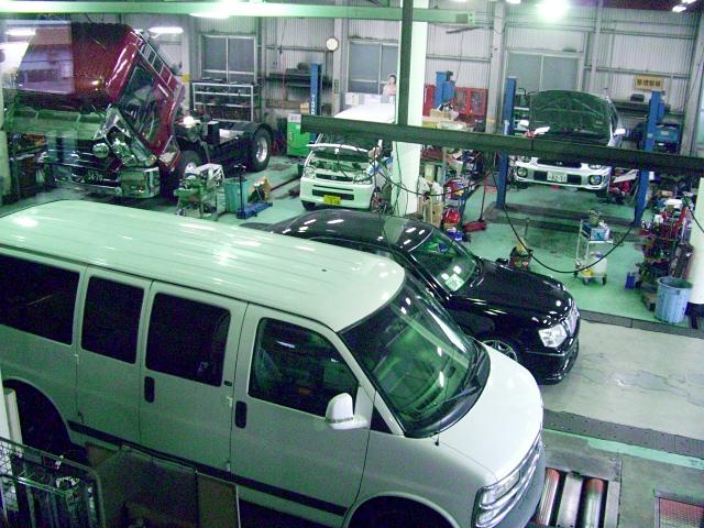 大型車が約3台収容できる大型工場