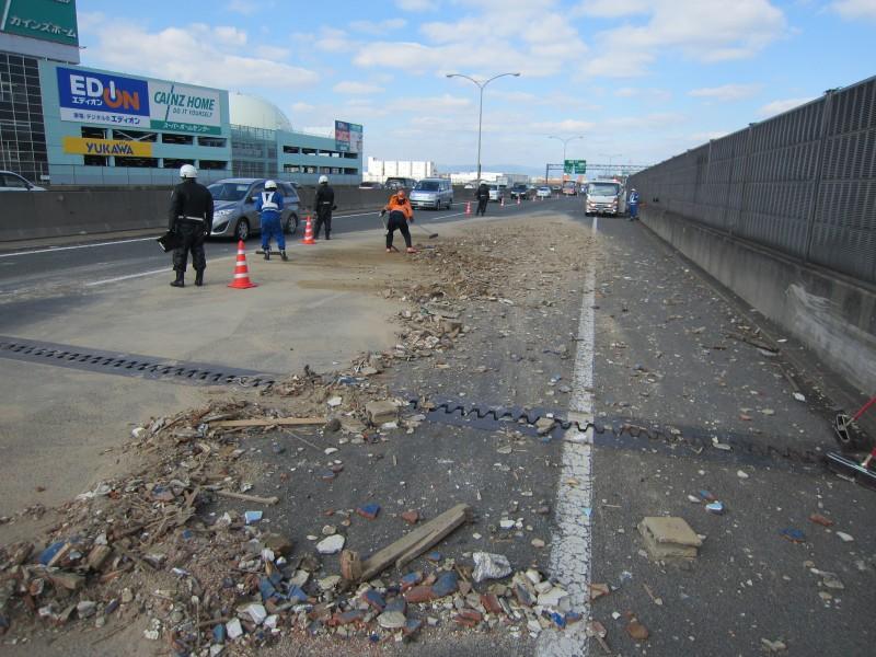 横転事故散乱物も検分が終わるまでは掃除のお手伝い、少しでも早い平穏の為に出来る事