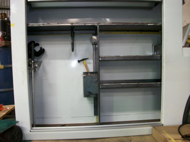 2tレッカー車側面に工具棚を作成中です。