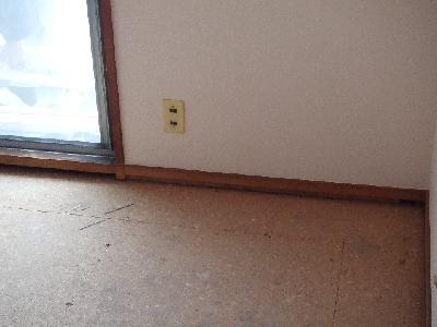 たたみを除けて床の補修をする前です。