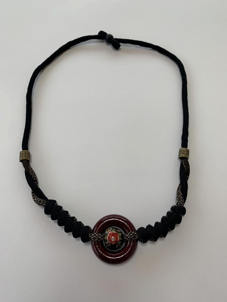 リングとバラと大島の編みネックレス(赤リングと大島)