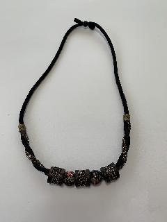 糸巻きとバラと大島の編みネックレス
