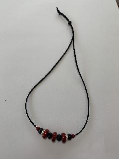 ウッドビーズ小のネックレス(赤×黒)