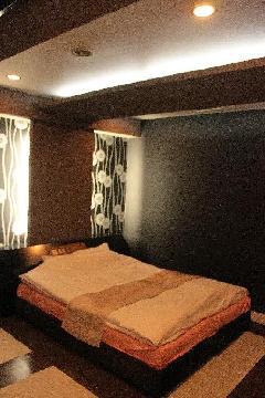 黒・青・赤のホテル内装
