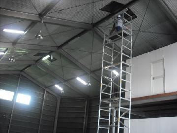 床上8Mの場所でのランプ交換作業です。