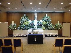 大きな式場でもイスを調整して家族葬 鶴見斎場式場(実例)
