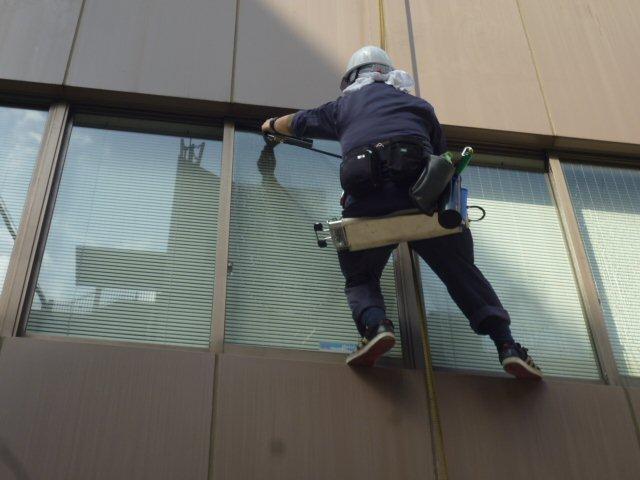 高層ビルのガラス清掃にも対応します!