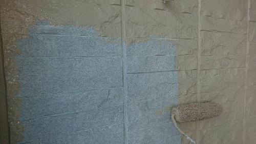 外壁に上塗りをしていきます。
