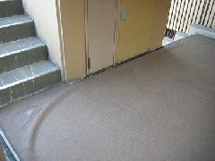 マンション共用部、廊下の防水シート張替え作業