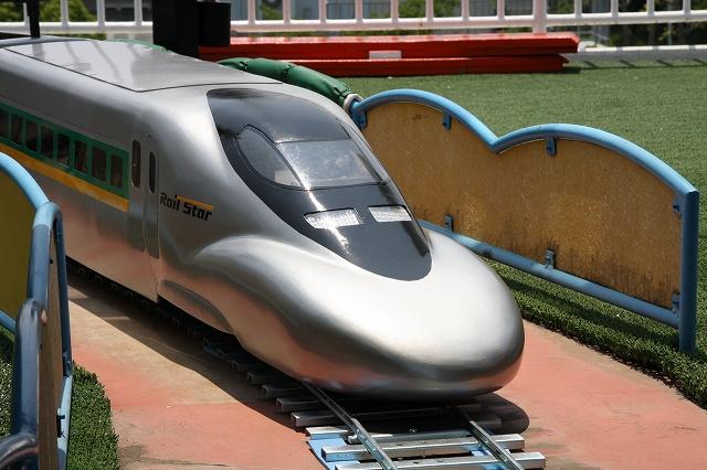 線路の上をミニ新幹線が走ります。