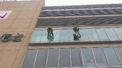 11階建ての某デパートをロープで下がり清掃している様子です。