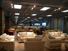 ショールームに展示されるソファー
