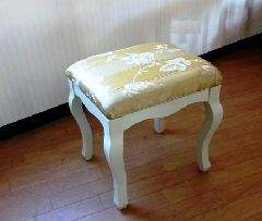 白家具のゴールド色スツール BY