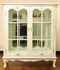 2ドア飾り棚 白いキャビネット ダウンライト付き KM132