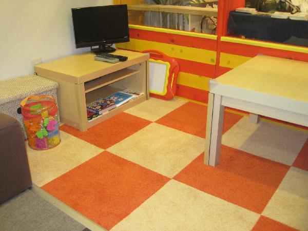 床のカーペットタイルはクッションが入っています。