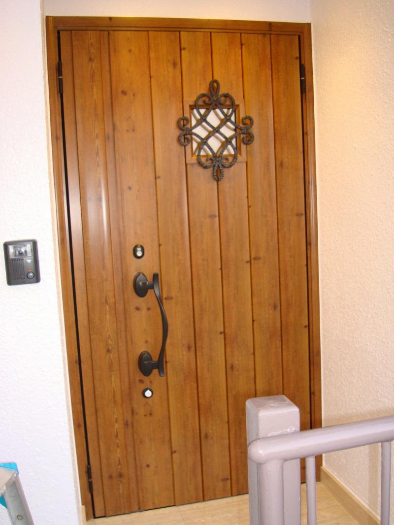 木目調のドアに新設