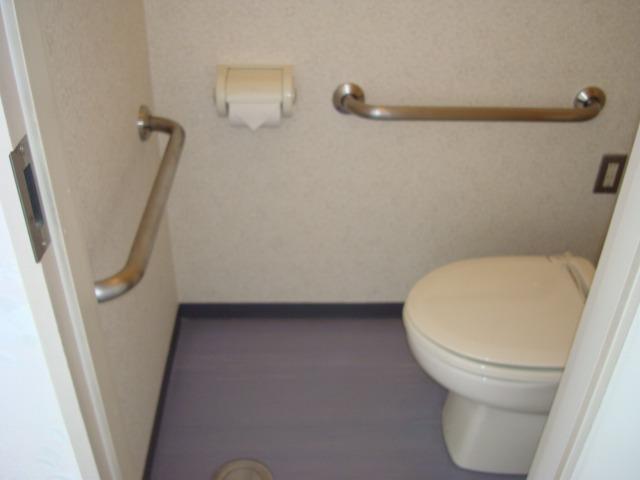 病室内のトイレに手すり設置