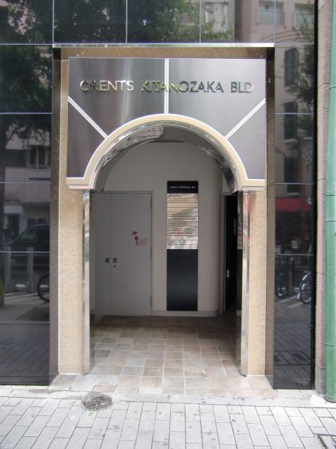 西側入口ステンレスパネル