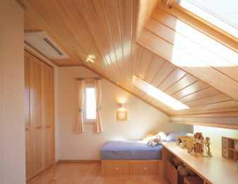 勾配天井の開放感