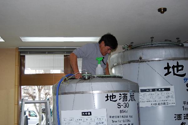 人がタンクの中に入り洗浄します