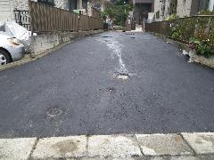 私道と駐車場を兼用の場所をアスファルト舗装