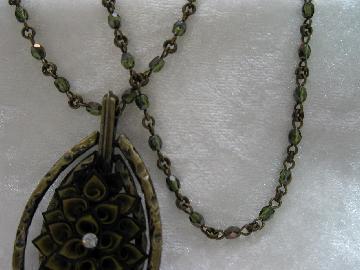 金茶の二重花とグリーンのトルコビーズで、アンティークな作品です