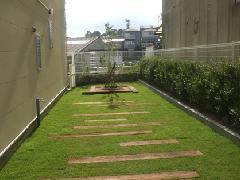 芝生と枕木の空間。