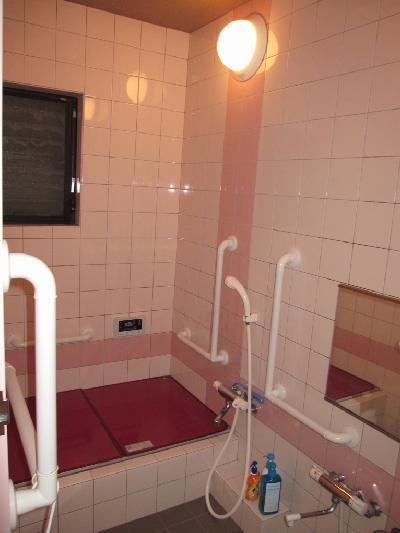 タイルのピンクを基調にしたタテ長のお風呂でした。