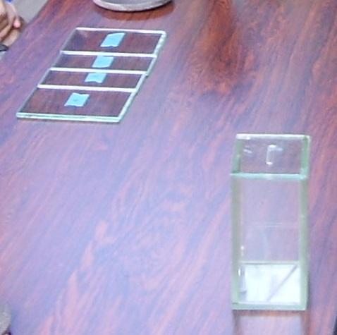 左上のガラスにポスカで好きなイラストを描き、紫外線で固まる接着剤でくっつけると・・・・・貯金箱になります!