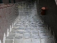磁器タイルに施工(店舗入口階段)