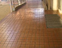 磁器タイルに施工            (学校玄関前・教室前廊下)