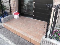 磁器タイルに施工(玄関前)