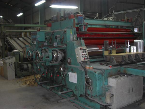プリントスロッタ  ダンボールのシートを機械にセットし、印刷→罫線(折れ目)→溝切りの工程をこの機械でします。