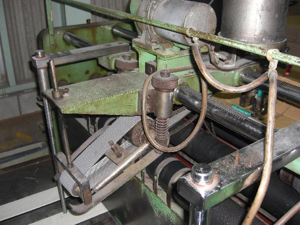 セミオートグルアー  プリントスロッタの機械での工程を経た後、この機械で切り込みの入ったダンボールシートに糊つけをして箱の形にします。
