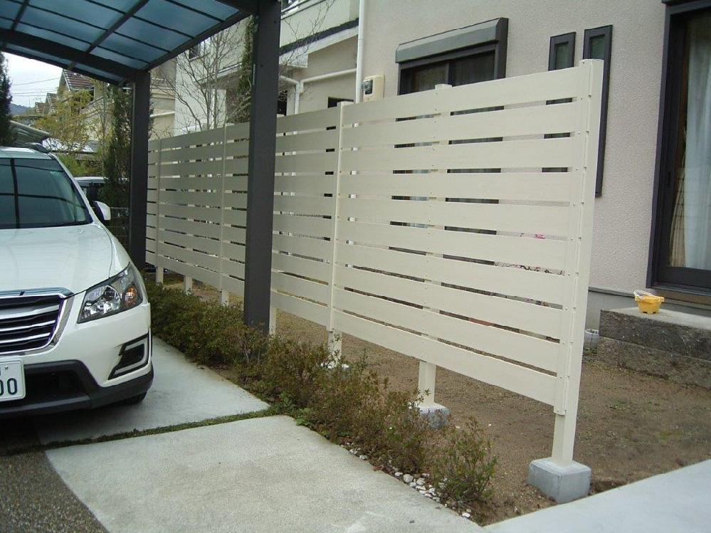 駐車場と庭の間に柵を設置