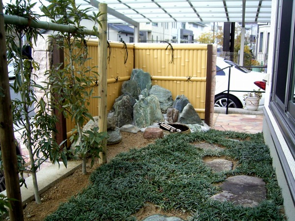 竹垣(建仁寺垣)阿波の青石を組み  蹲の造園