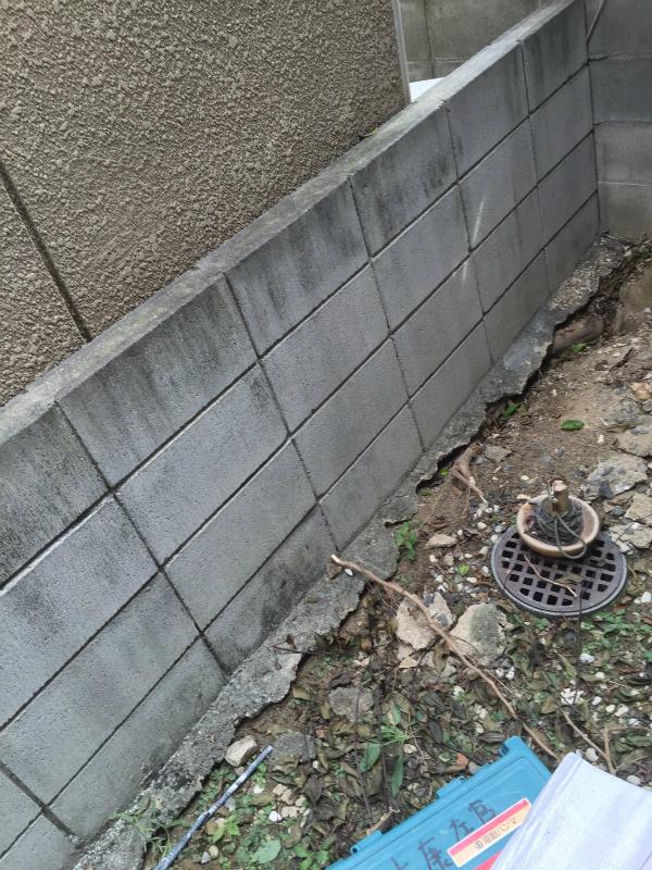 植木の木の根が入り込みブロック塀が浮き上がり