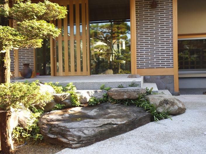 学南町のアプローチとお庭